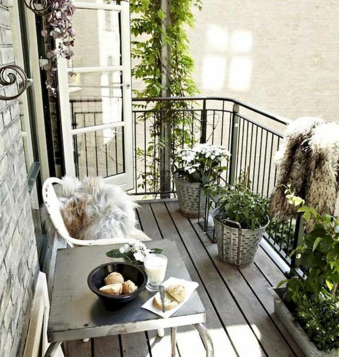 pequeña terraza decorada en estilo ecandinavo, macetas DIY con plantas verdes y flores, ideas para decorar terrazas modernas