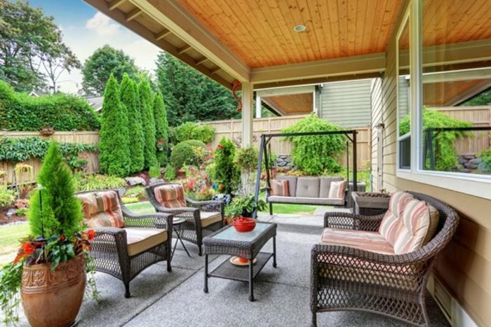 patios decorados de manera encantadora, muebles de mimbre, grandes maceteros de arcilla