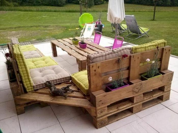 fotos de patios con encanto decorados de muebles DIY con palets, sillones de madera materiales reciclados