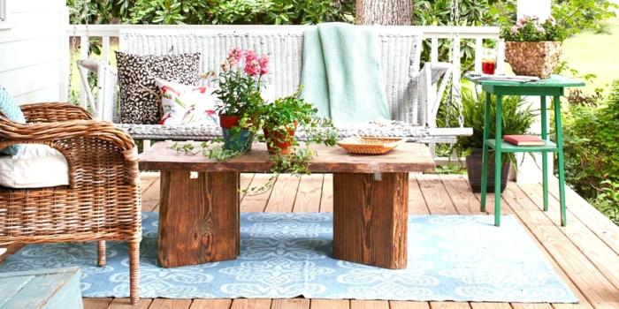 propuestas deoracion de exteriores de estilo, sillas de mimbre, pequeña mesa de madera y detalles decorativos en colores claros