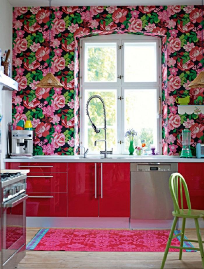 papel para pared con motivos florales, diseño vintage con rosas rojas, pequeña cocina decorada en rojo