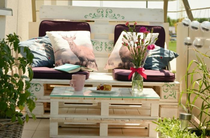 mesa de dos palets para el balcon con vidrio encima y con flores, como hacer una mesa de madera