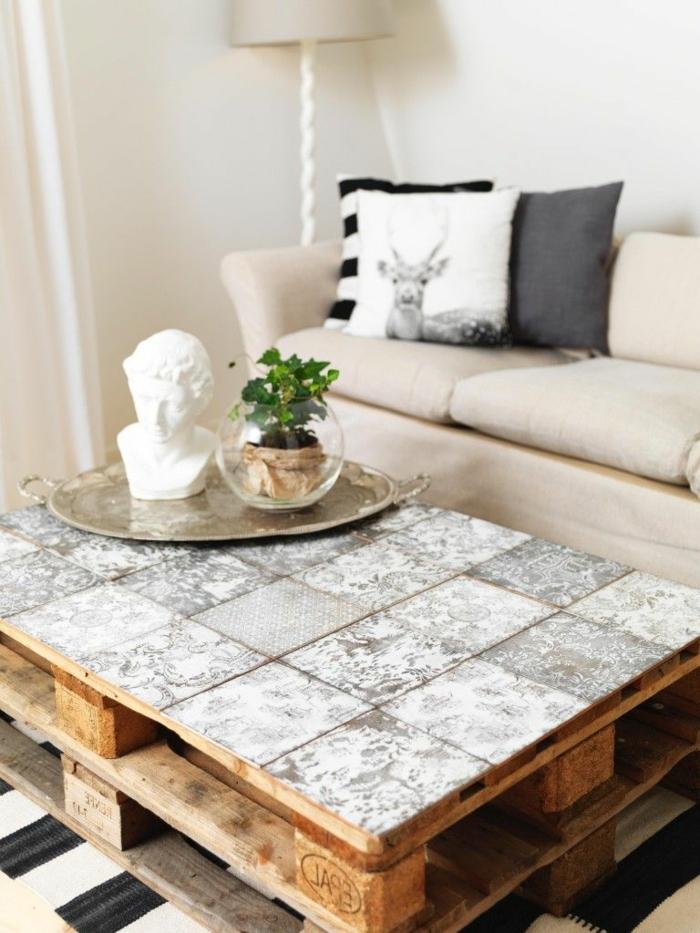 mesa con dos palets uno encima del otro con tapete de azulejos, como hacer una mesa de madera