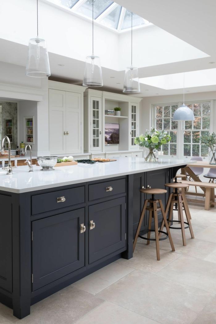 cocinas americanas con islas en el medio, con fregadero y cajones, techo blanco con ventanas