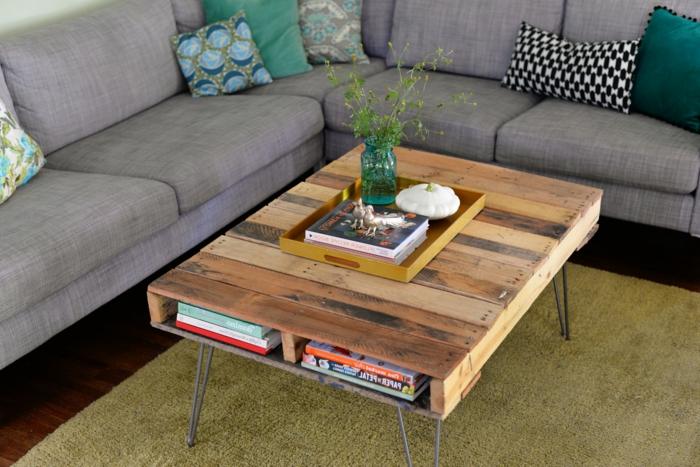 mesa de palets con listones por toda la parte de encima, con patas de hierro, manualidades con palets
