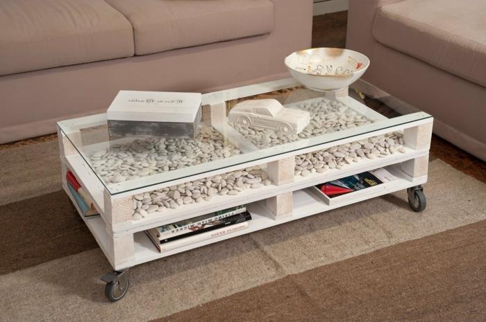 decoracion con palets de la casa, mesa en blanco pintada con piedras blancas pequeña y con vidrio