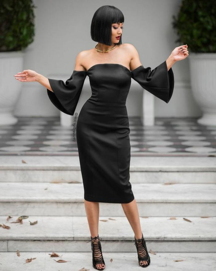cortes de pelo mujer con vestido negro, con hombros al descubierto y mangas anchas, pelo corto con flequillo y collar tipo choker en color oro