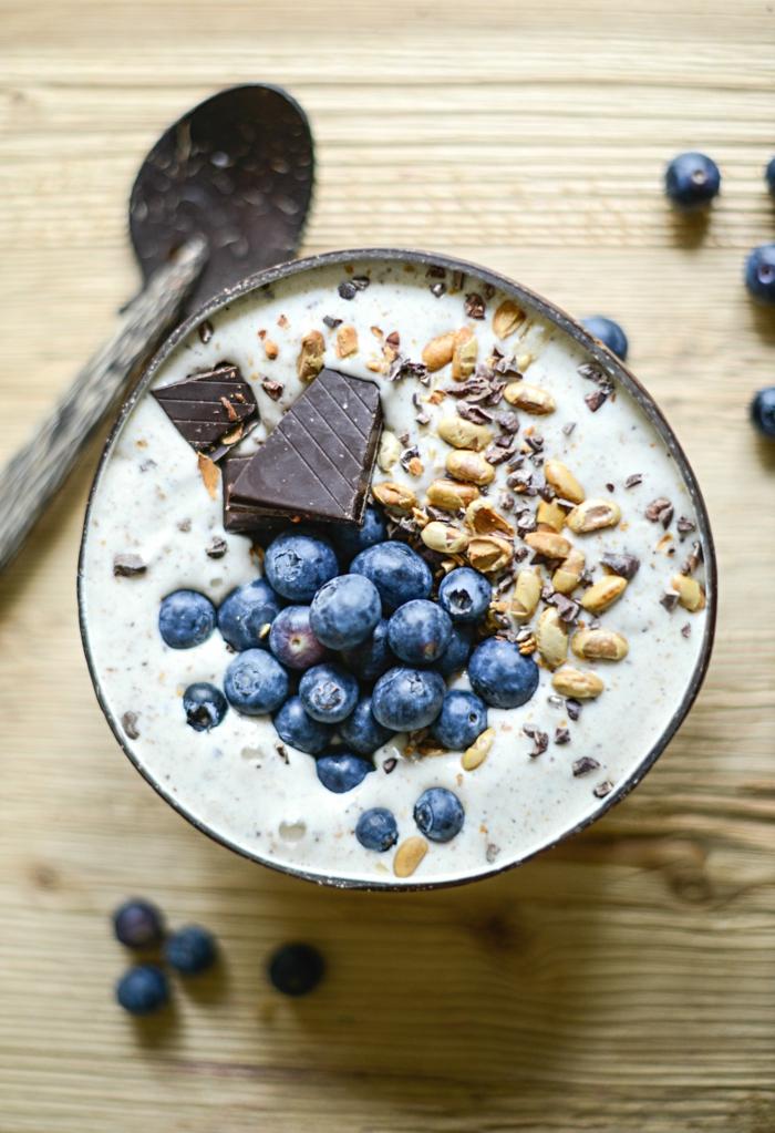 desayunos saludables para hacer en casa, recetas con yogur y frutas frescas, arándanos, nueces y chocolate