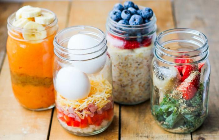 cuatro ideas de desayunos saludables, huevos fritos con queso y jamon, smoothie de espinacas con fresas frescas