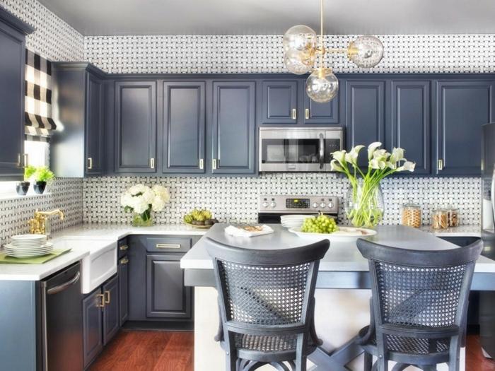 combinación de diseño para cocinas en color azul pastel, blanco y suelo de parquet, cocinas americanas