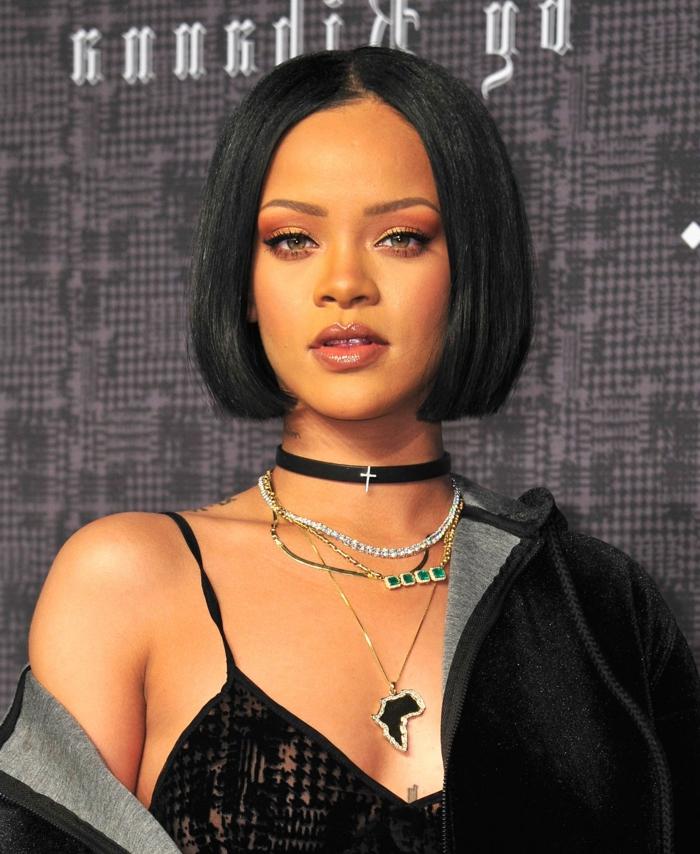 pelo corto ondulado mujer, Rihanna, con melenita corta sin flequillo de color negro y vestido negro con tirantes combinado con sudadera de terciopelo
