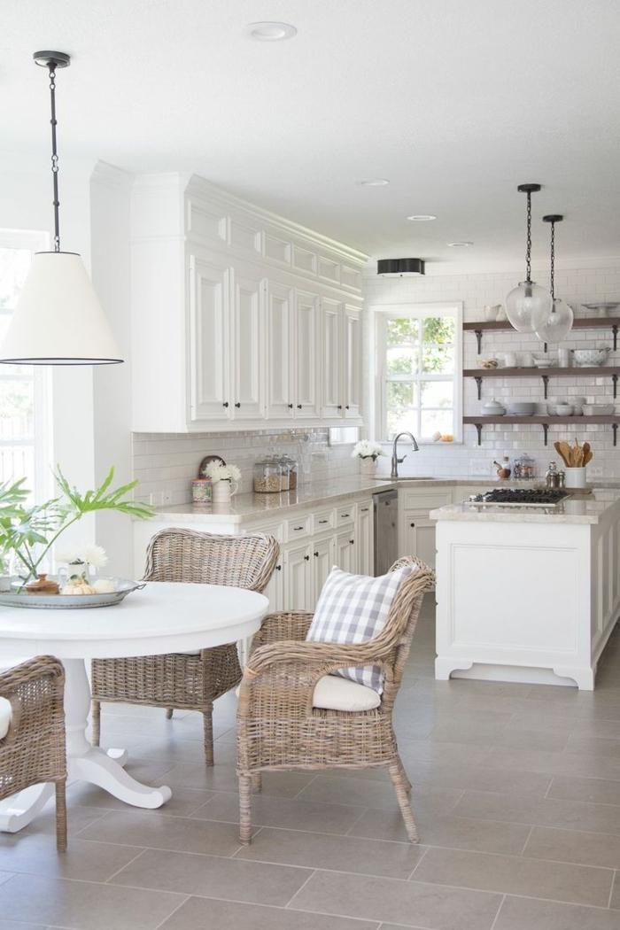 cocina con sillas de ratán con cojínes de cuadros, cocina con armarios blancos con isla en el medio, cocinas americanas
