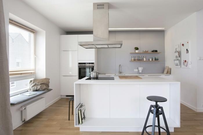 cocinas americanas simples decoradas con color blanco y gris, suelo de parquet de madera de color marrón claro