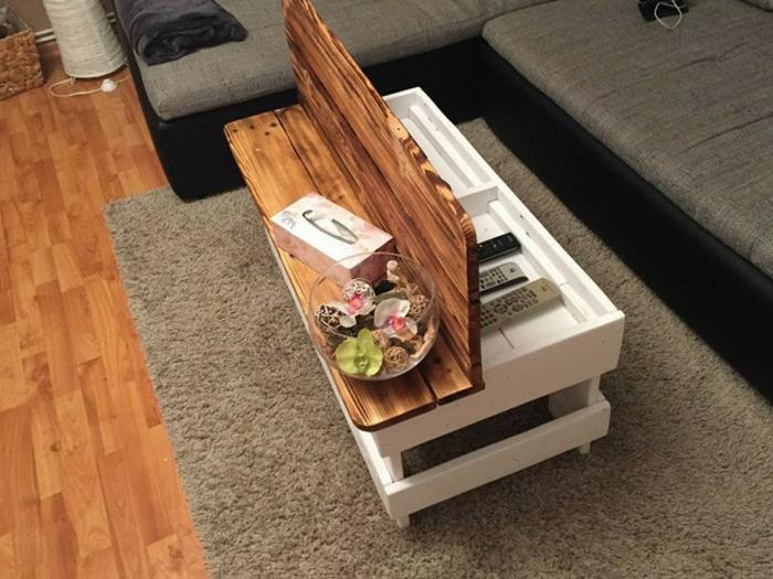 mesa de palets rectangular pequeña en blanco con tapa en marrón claro, con bol con flores dentro