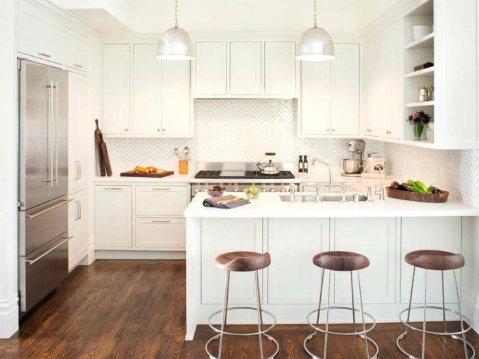 cocina pequeña con isla blanca pequeña con sillas de madera y hierro de bar sin respaldo, barra cocina