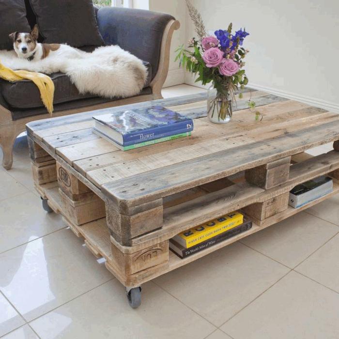 mesa de salón lijada sin pintar con jarrón de vidrio con flores dentro y libros encima, mesas de palets
