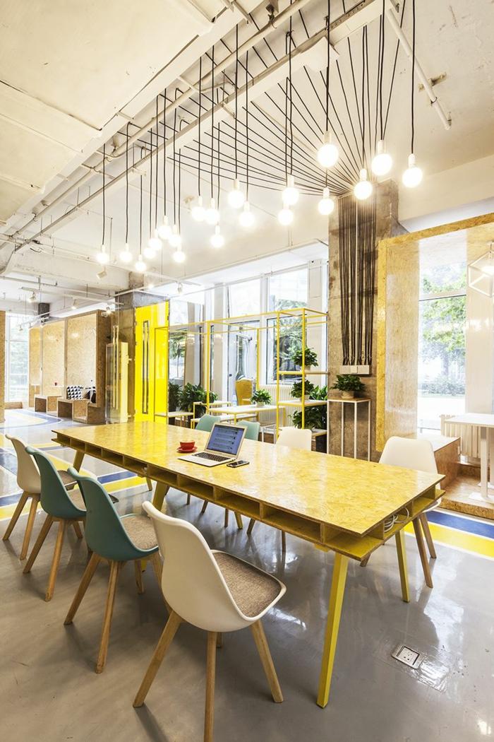 mesa de palets reciclados alta para la oficina con patas de madera, pintaa de color amarillo, bombillas colgantes