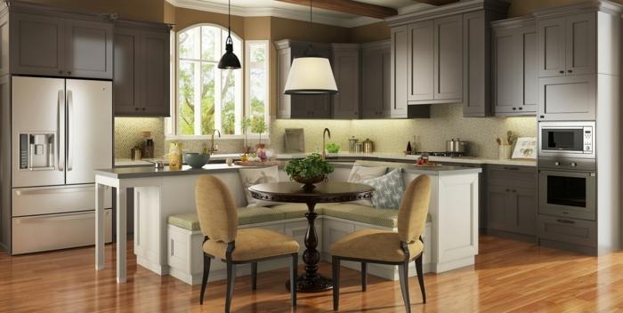 cocina con isla en el medio en color blanco con sofa y sillas, con mesa de madera en marron oscuro, salon cocina