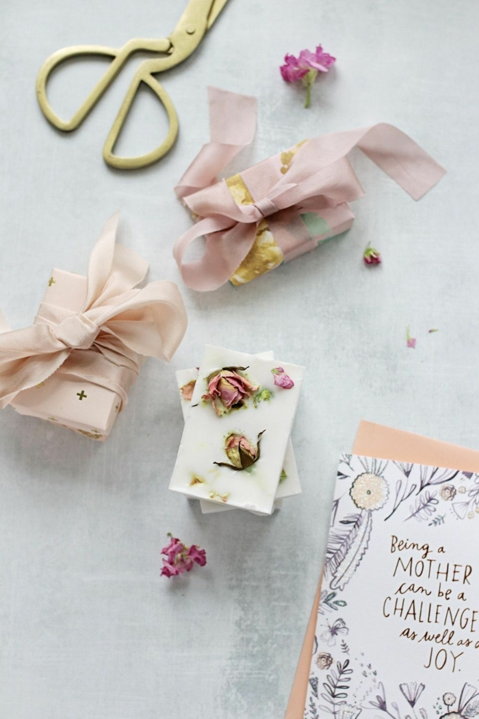 preciosos jabones decorados con petalos de rosas, como hacer jabones artesanales para regalar
