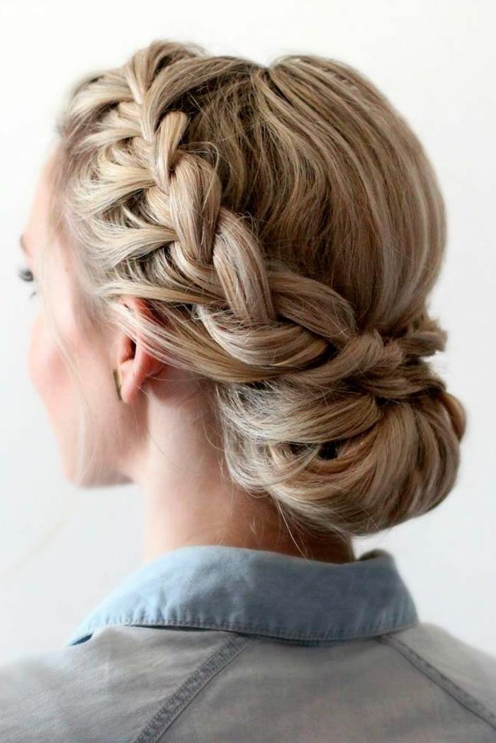 look moderno y sofisticado con trenzas en el pelo, pelo largo rubio con mechas recogido en moño trenzado