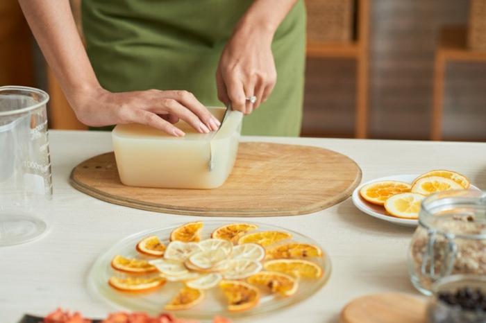 ideas y recetas sobre como hacer jabon casero paso a paso, jabon artesanal con aroma de naranja