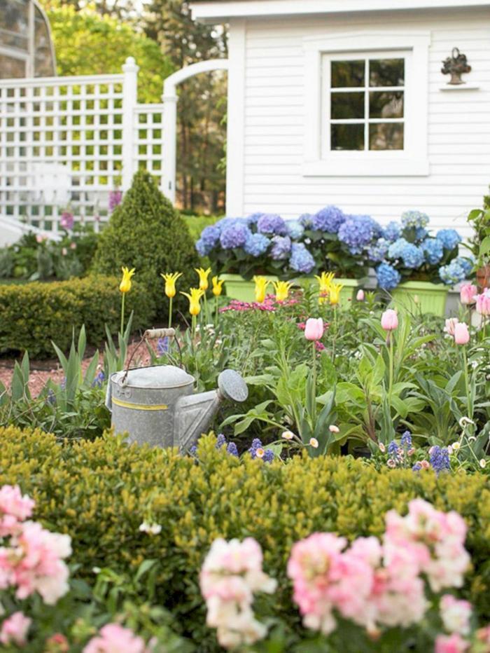 pequeño jardín con muchas flores de primavera, como decorar un jardin pequeño paso a paso