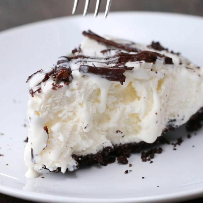 ricas ideas de tartas con tres ingredientes para hacer en casa, ideas de tartas con helado caseras y fáciles de hacer
