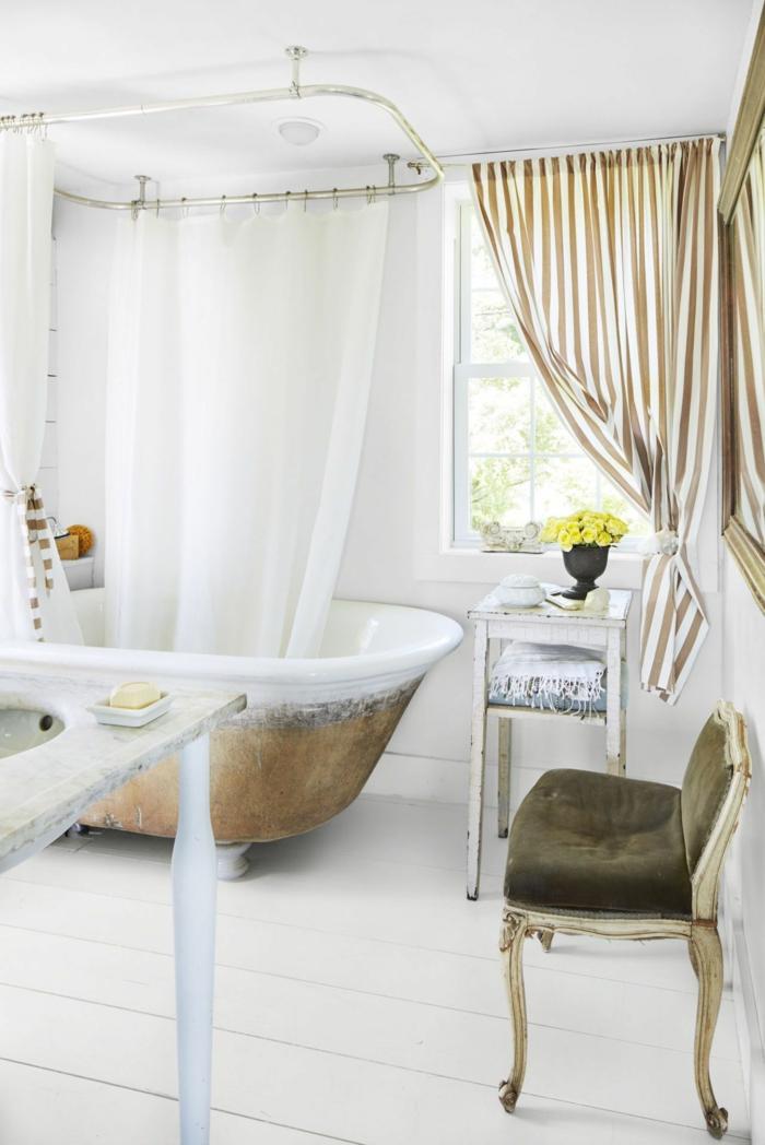 cuarto de baño decorado en estilo vintage con bañera vintage, cortinas de baño y sillas vintage, baños modernos de diseño