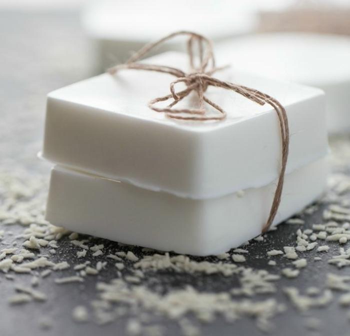 jabón casero natural de cocoa, como hacer jabon casero paso a paso, trozos de jabón color blanco