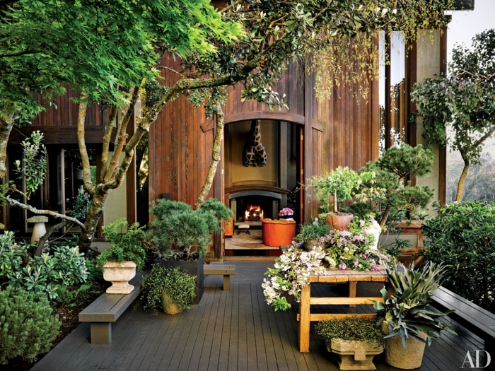 ingeniosas ideas sobre como decorar un jardin pequeño, muchas plantas veres en macetas y banco de madera