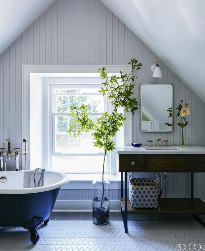 baño moderno techo inclinado decorado en blanco con muebles de madera y bañera vintage en azul, decoración de baños blancos