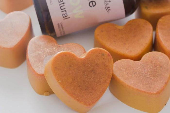 jabones color naranja de forma de corazon, recetas sobre como hacer jabon casero con tutoriales