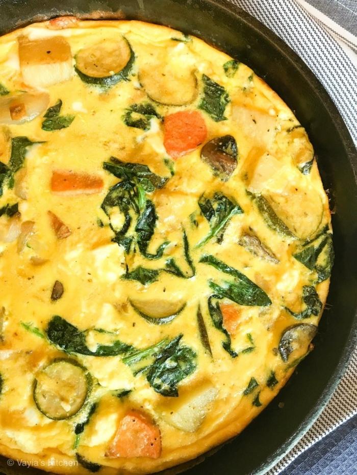 ideas de desayunos sanos y ricos para hacer en casa, frittata italiana con huevos y verduras