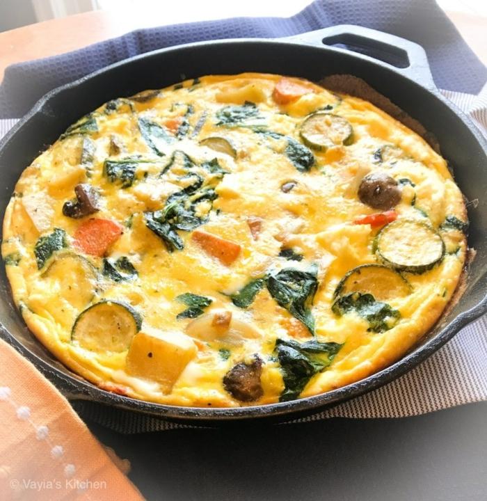 como hacer una frittata saludable paso a paso, desayunos sanos con huevos, calabacines, tomates y verduras