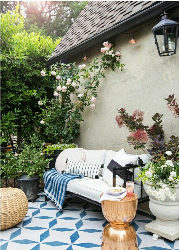 cómo decorar un jardín pequeño paso a paso, rincón en estilo mediterráneo, muebles de diseño y detalles de mimbre