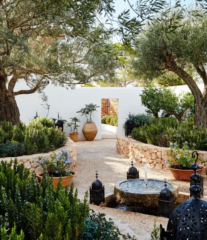 jardín en estilo mediterráneo de tamaño pequeño, como decorar un jardin pequeño con gravilla