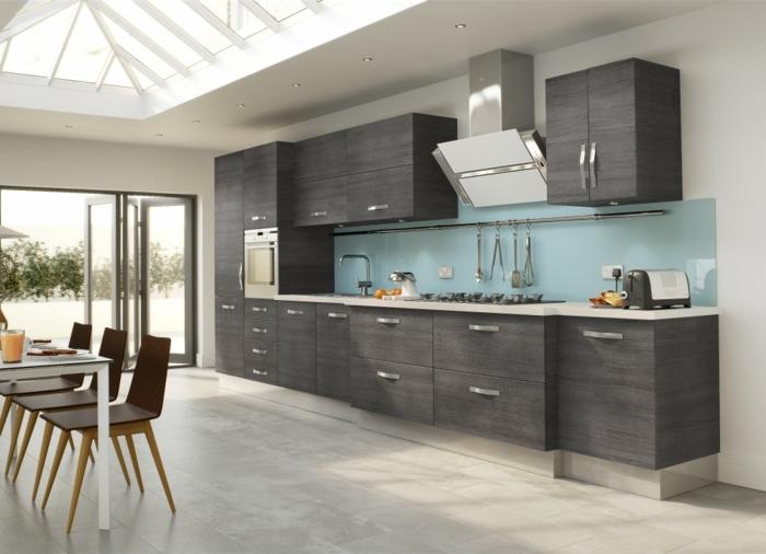 cocina moderna con armarios en marron oscuro y con techo conventanas y puerta que te lleva a la terraza, salon cocina