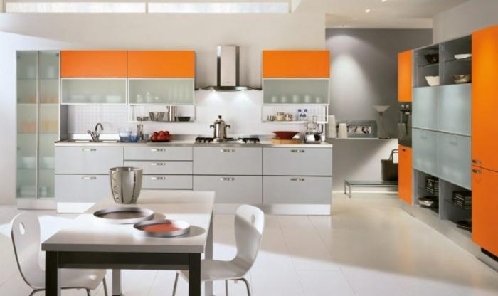 cocina moderna en naranja, gris y blanco, con estanterías con cristales transparentes, barras americanas