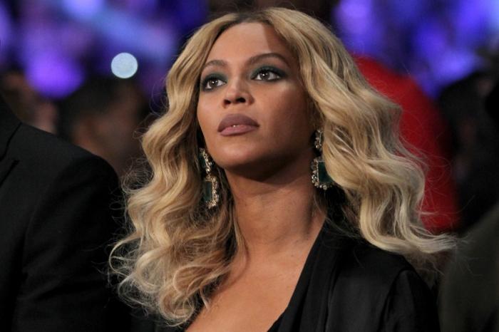 peinados media melena 2018, Beyonce con un look glamouroso, cabello rubio ondulado
