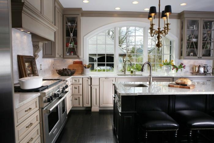 cocina moderna en negro, blanco y beige con ventana frande y suelo de parquet, barras de cocina