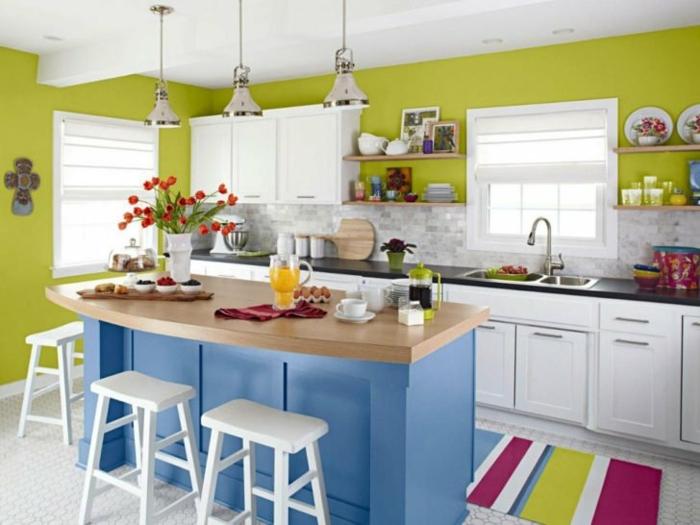 cocina multicolor con isla en azul, sillas blancas sin respaldo,alfombra de rayas de colores, barra americana cocina