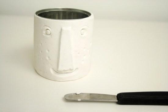 preciosas ideas de manualidades con material reciclado, lata de metal con arcilla blanca decorada