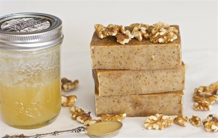 como hacer jabones artesanales orgánicos, jabones decorativos hechos con miel y nueces paso a paso