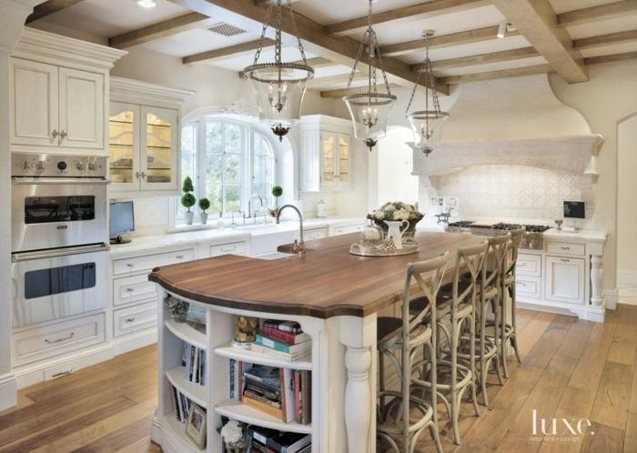 cocina con isla grande en el centro de madera marron oscura y blanca con parquet en marrón claro