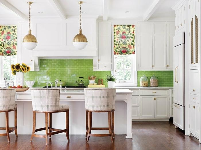 cocina con isla y sillas de madera en verde y blanco y con dos ventanas con persianas de colores