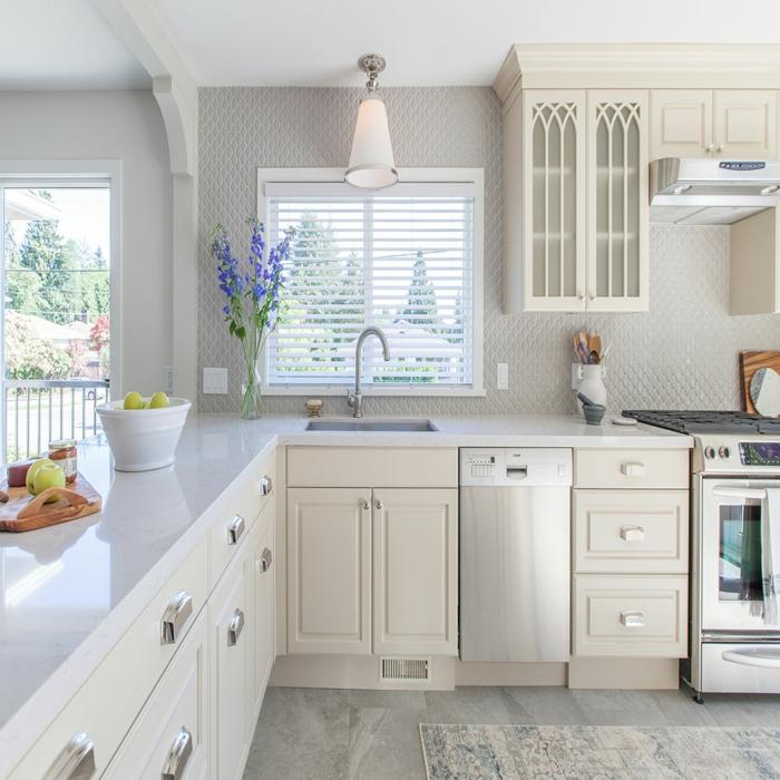cocina pequeña en color crema y blanco con pequeña ventana con persianas, cocinas integradas en el salon fotos