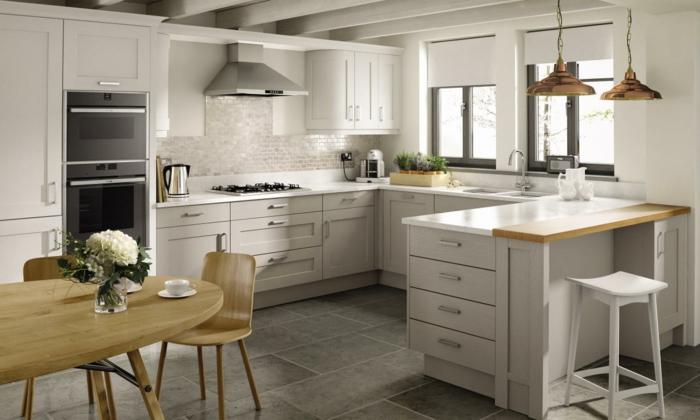 cocina en blanco y marron claro con mesa y sillas de madera, cocinas integradas en el salon fotos
