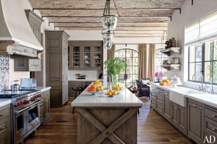 cocina de estilo americano rústico con frutas en la mesa, con flores en un jarrón de cristal