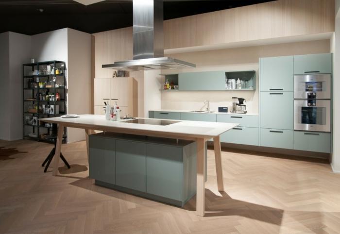 pequeña cocina en colores azul claro y beige con estantería en color negro y mesa de madera