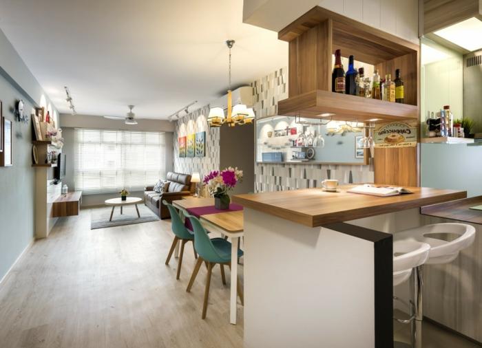 foto de un lado de la cocina donde se ve el bar, las estanterías de madera con bebidas y las sillas de colores